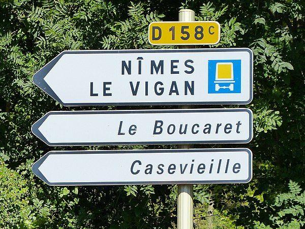 Panneau-de-direction-cartouche-jaune-route-departementale