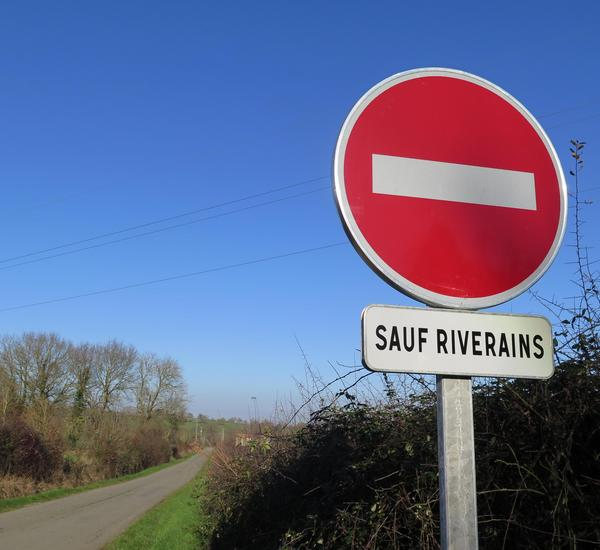 Panneau-sens-interdit-sauf-riverain