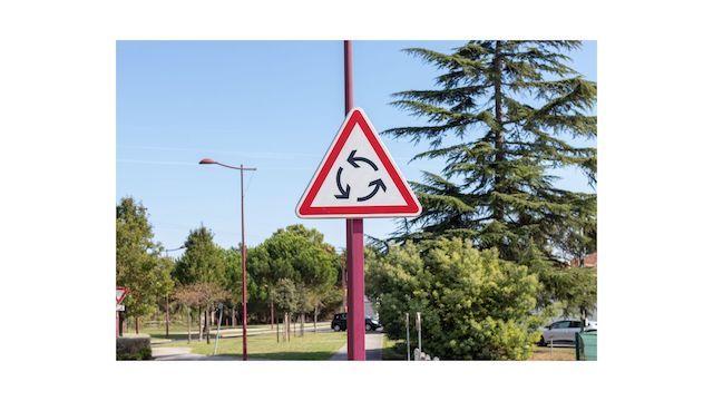 Panneau-indication-carrefour-giratoire