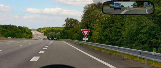 Ceder-le-passage-autoroute-1
