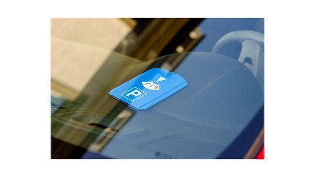 Disque-bleu-stationnement-pare-brise